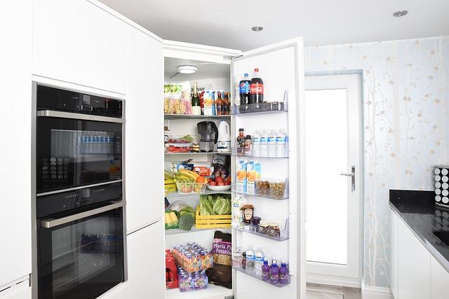 otevřené dveře lednice