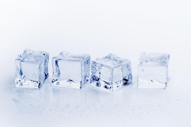 čtyři kostky ledu