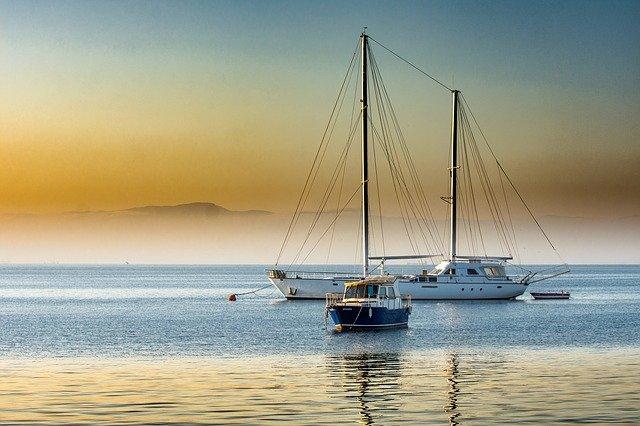 jachty na moři